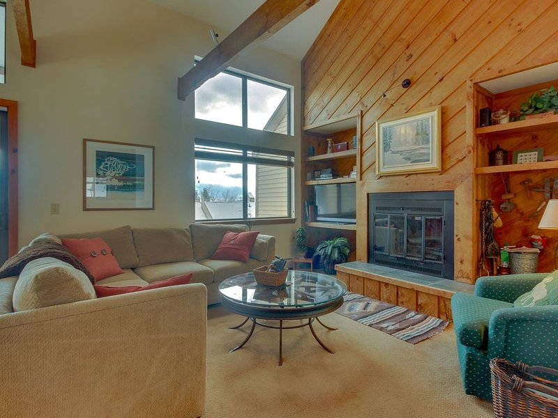 Ski-in/ski-out home w/ seasonal pool, sauna, perfect for large families!, aluguéis de temporada em Mount Holly