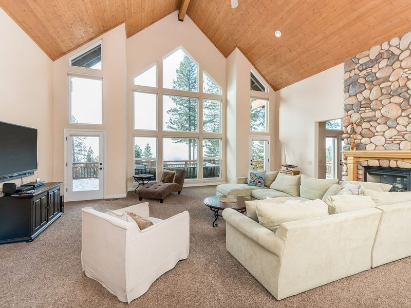 Spacious home with theater & entertainment - close to the lake!, alquiler de vacaciones en Shaver Lake