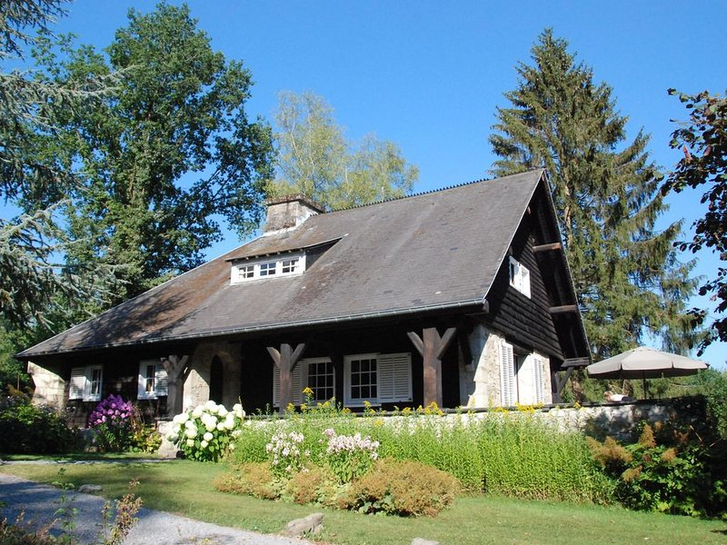 Beautiful, authentic country house in quiet location with enormous garden and t, location de vacances à Vielsalm