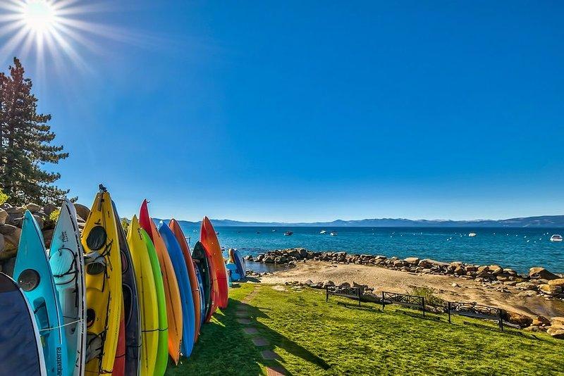 Private Sandy Beach, Lakefront Lawn, Kayak, 5 Star Condo, Ski Northstar & Squaw – semesterbostad i Tahoe Vista
