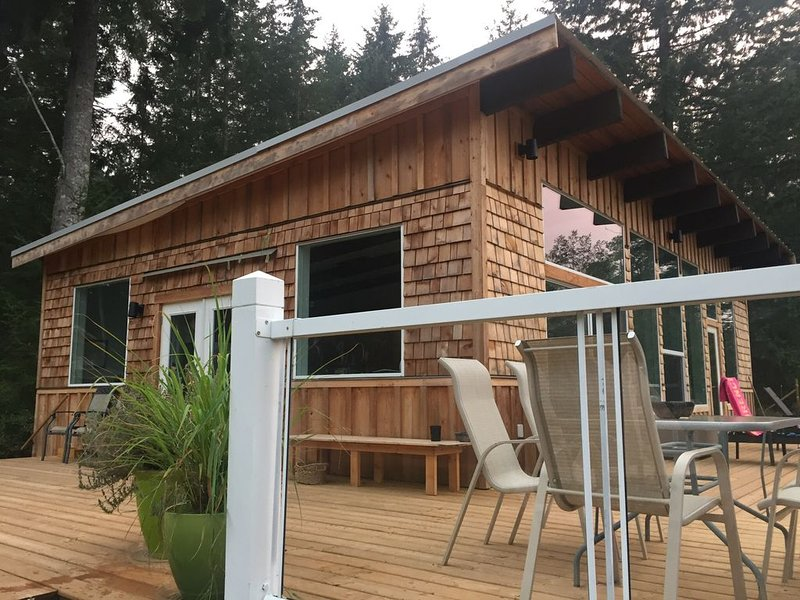 SwitchingOff: A West Coast Contemporary Cabin Overlooking Nature, holiday rental in Quathiaski Cove