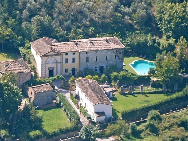 Luxury Tuscan C18th Villa Surrounded By Olive Groves With Pool And Tennis Court, Ferienwohnung in Vorno