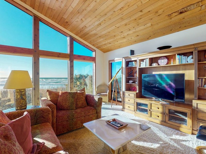 Luxurious oceanfront home w/ private beach access, sun room, and jetted bathtub, location de vacances à Yachats