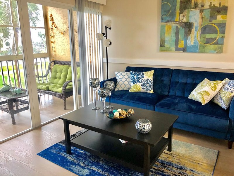CHIC Condo Steps from the Beach equipped with all you need!, location de vacances à Fort Pierce