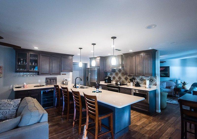 Öppet designkök med gott om prep-utrymme; bar och vin kylskåp