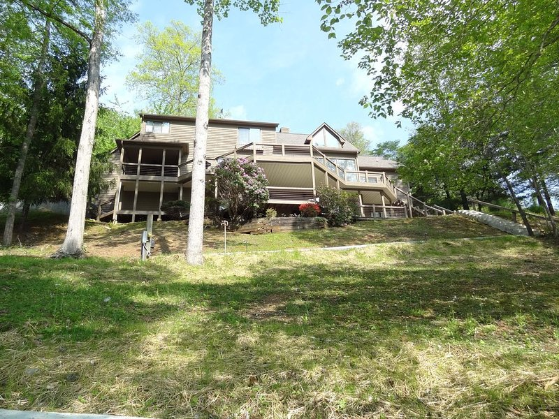 Spacious lovely home on beautiful Norris Lake., holiday rental in Caryville