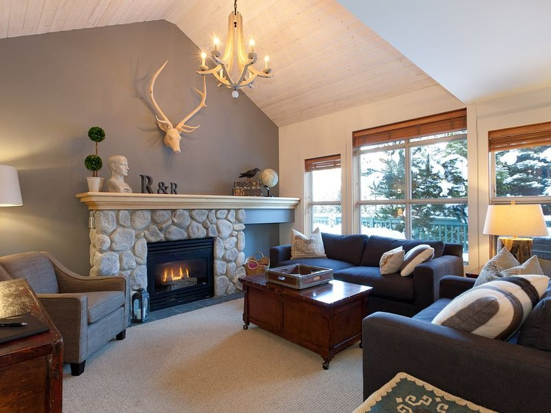 Mountain Modern Ski-in/Walkout Condo with Private Hot Tub , vacation rental in Whistler