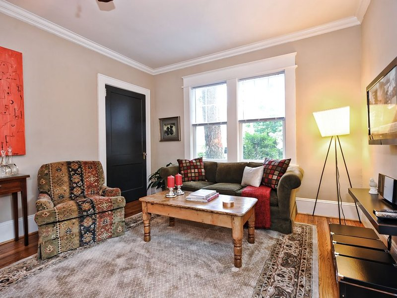 Furnished Apartment in Dilworth-Charlotte NC-2br with Screened Porch, aluguéis de temporada em Charlotte