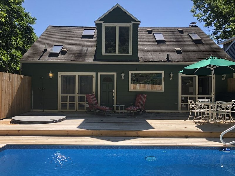 $300/NT Heated Pool Hot tub Assoc Beach Centrally located Pet Friendly, holiday rental in Lakeside