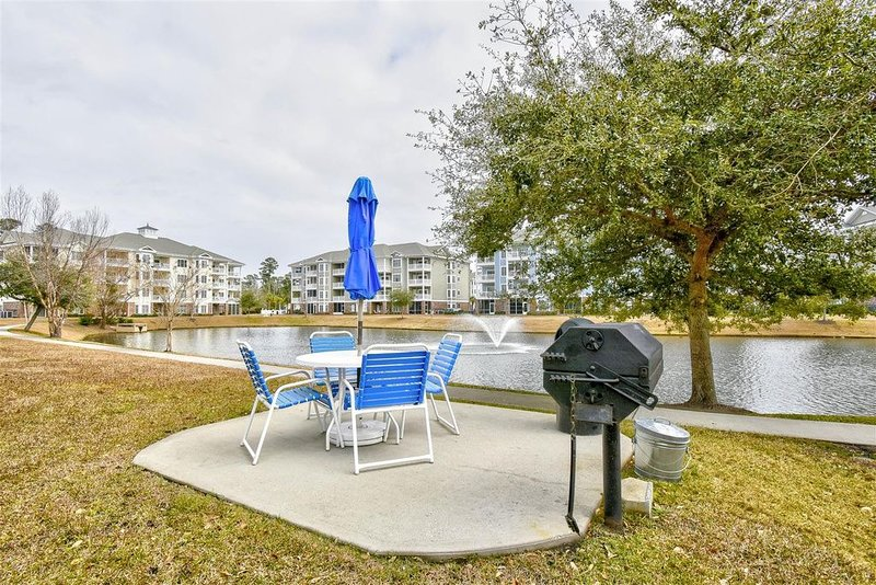 Beautiful, Newly furnished 3 bedroom Condo, new beds, TVs. Lake view – semesterbostad i Myrtle Beach