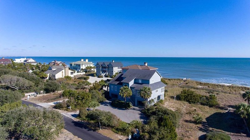 Charming Home on the Beach with a Screened in Porch Perfect for Relaxation, holiday rental in Pawleys Island