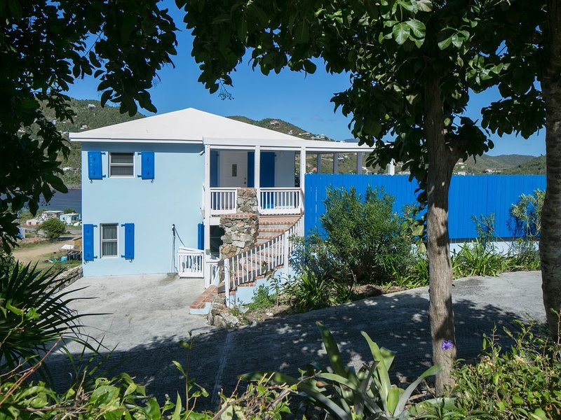 Bay House- Great Views, Pool, Walk to Shops and Restaurants, holiday rental in Coral Bay