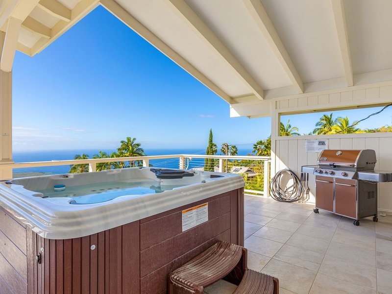 Luxury Home With Amazing Ocean View Above Kealakekua Bay -BIG lanai with HOT TUB, location de vacances à Captain Cook