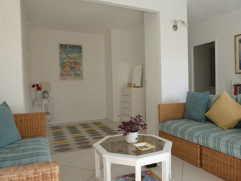 Stylish studio with sunny balcony on seafront with air con, wifi, rooftop pool. – semesterbostad i Menton