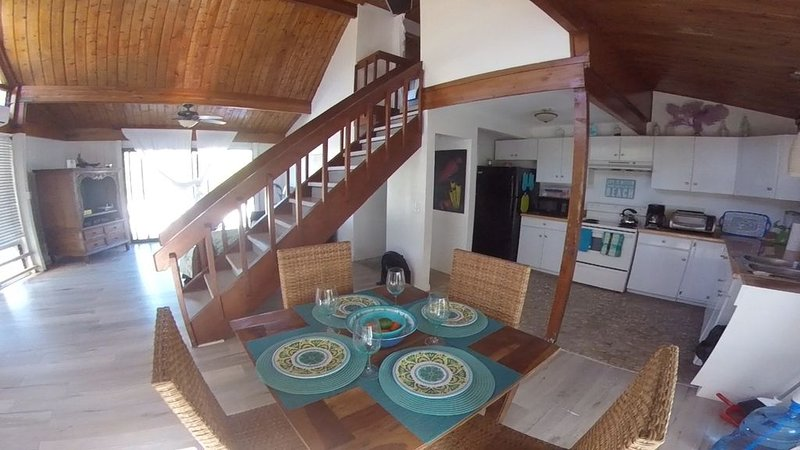 3 bedrm/2 bath rustic chalet beach house with a balcony ocean view on Grand Tur – semesterbostad i Grand Turk