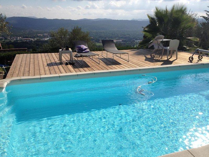 Villa avec piscine, vue superbe, ponton bois , 3 min  du village (juillet-aout), location de vacances à Montauroux