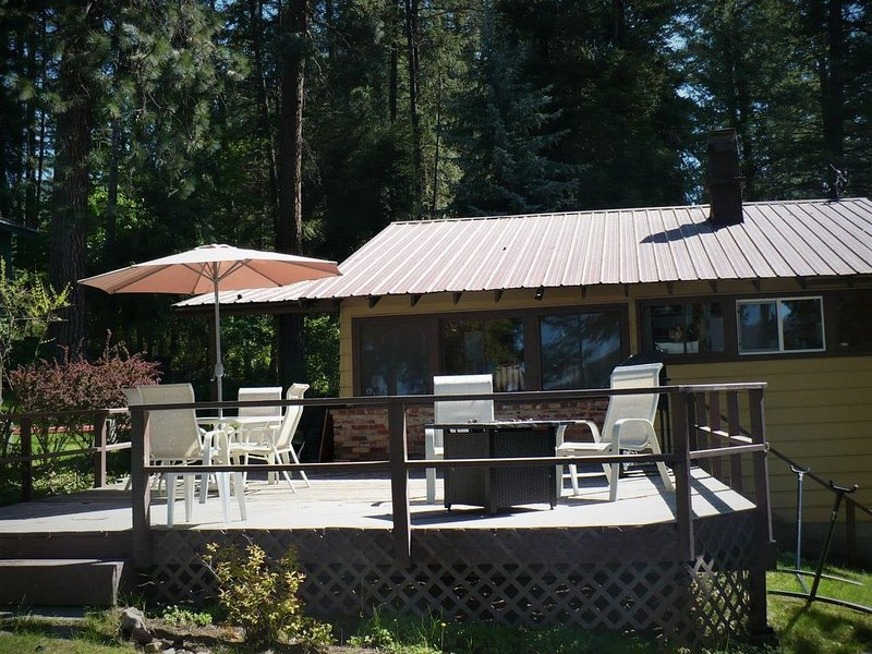 East Deer Lake (West facing) Waterfront Cabin & Dock - Great Beach!, holiday rental in Chewelah