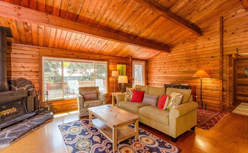 Luxury Cabin on Golf Course - 5 min to Nat'l Park, Hot Tub, Fireplace    $165, holiday rental in Volcano