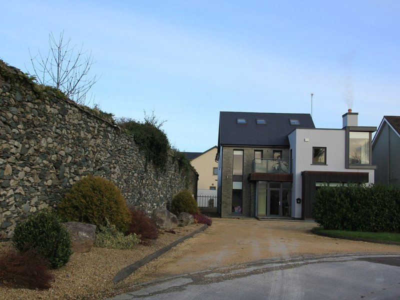Killarney Luxury Spacious Home. Town Centre and National Park 5 mins walk., holiday rental in Kilcummin