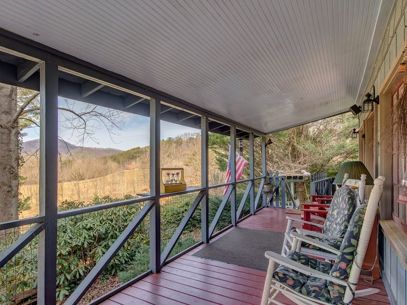 QUIET SECLUDED, 4 PRIVATE FALLS, TRAILS, RIVER 180 VIEW MTS 2ML DILLARD MARKET, holiday rental in McDonald