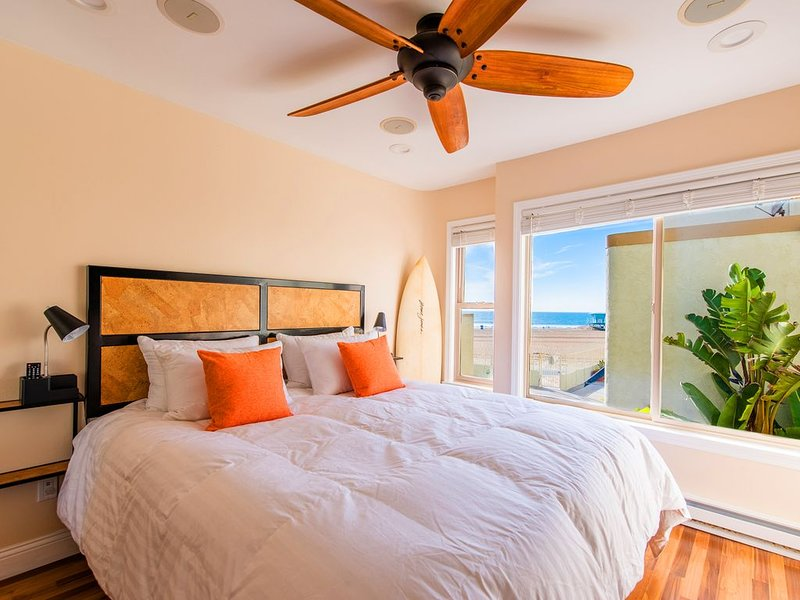 Luxury Beach Front Surf Condo ► Private Patio ► BBQ ► Parking ► Wifi ► Laundry ►, location de vacances à Huntington Beach