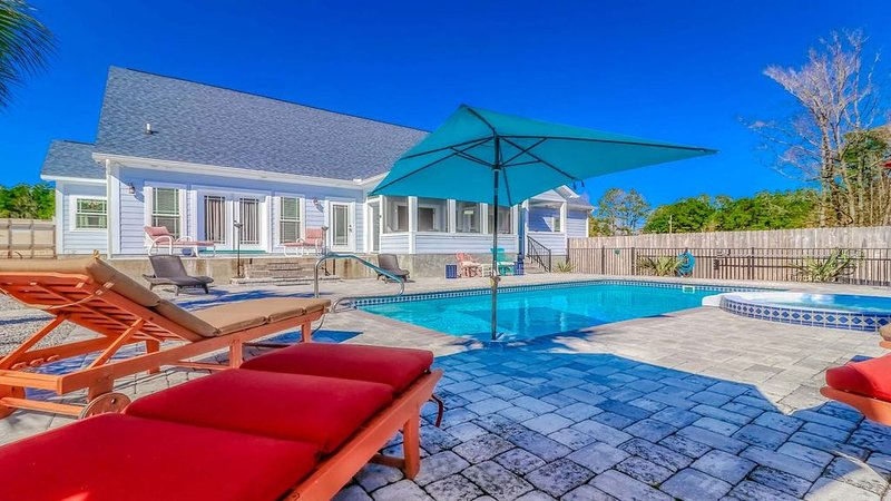 Beautiful open concept home on 8 acres, w/pool, hot tub, horse shoe pit!, holiday rental in Longs