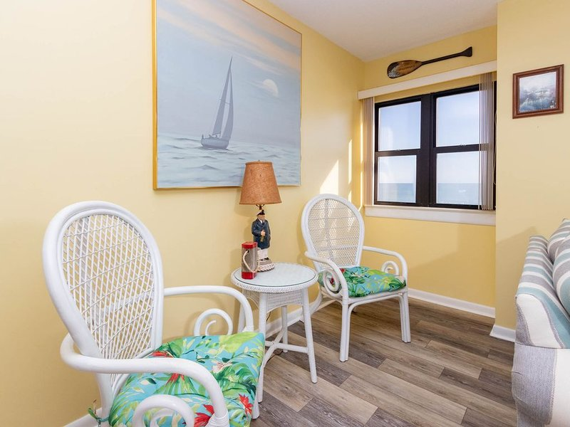 Grand views of the beach from this ocean front condo!! Great amenities!!, vacation rental in Salter Path