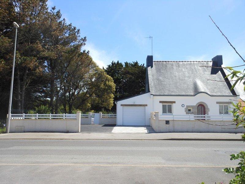 Maison 100m² avec jardin clos de 480m² à 200m de la mer, holiday rental in Ploemeur