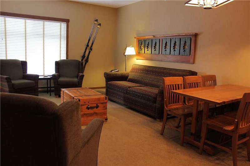 Top floor ski in/ski out with kitchen, wifi, outdoor hot tub and pool, below the, holiday rental in Fernie