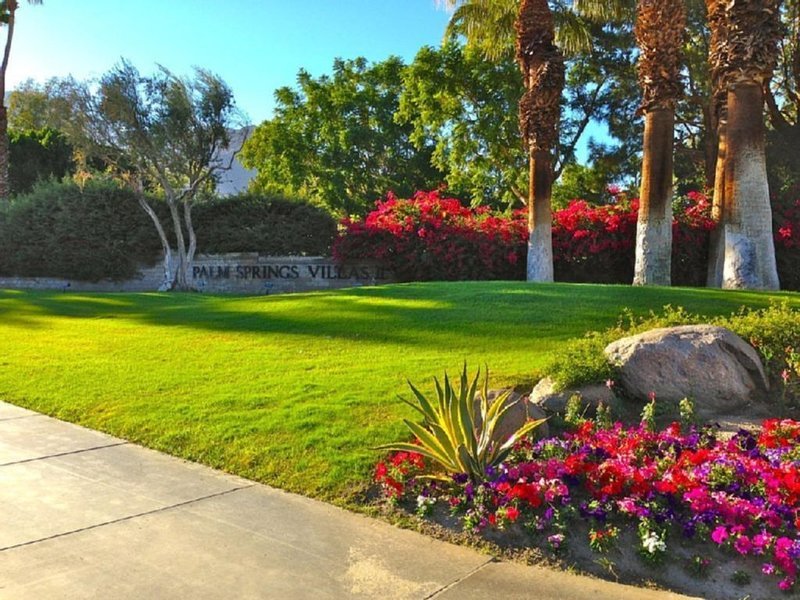 Beautiful and Quiet Resort Setting * Her Sunshine Chateau, casa vacanza a North Palm Springs