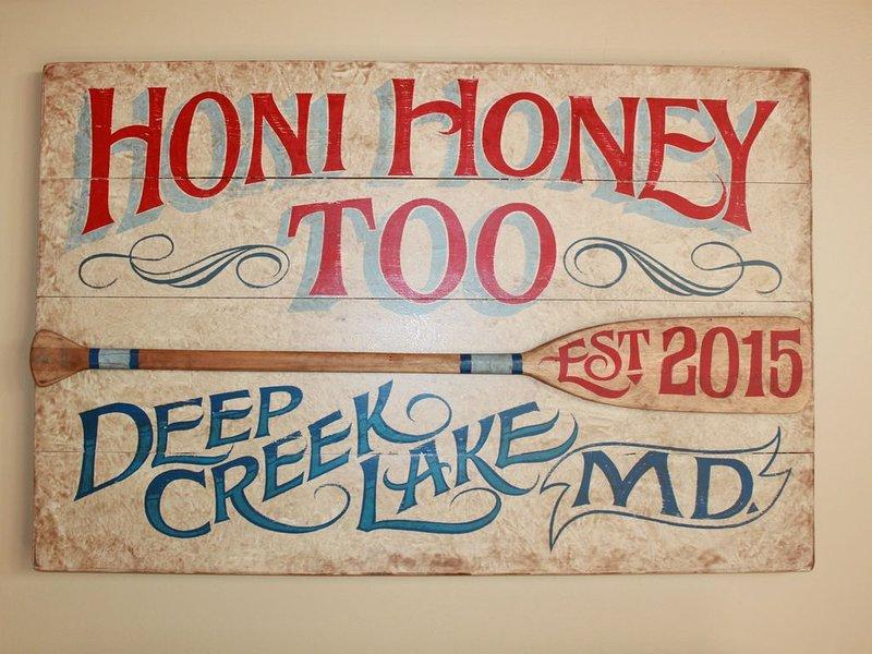 Hermoso letrero pintado a mano encargado por un artista local.