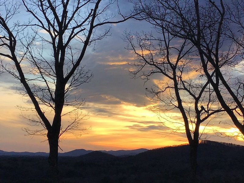Escape to the Mountains! Spectacular sunset views, hot tub, close to Biltmore!, casa vacanza a Fairview