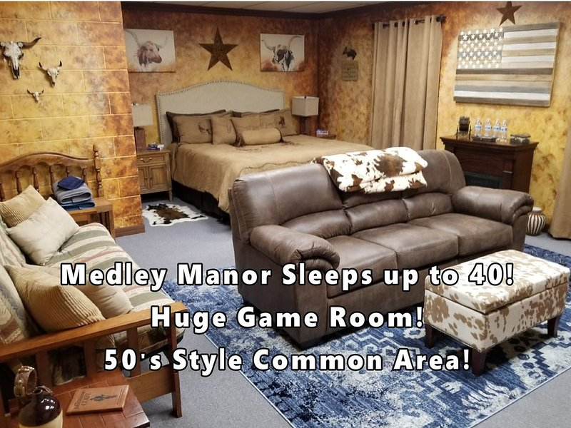 9 Beautiful Themed Rooms, 6 themed bathrooms, 50s dinning room & huge game room, casa vacanza a Peoria