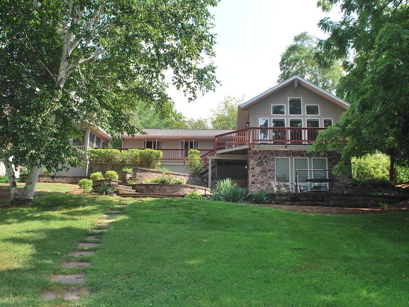 Beautiful lakefront Green Lake home located on prestigious Emerald Shores, holiday rental in Marquette