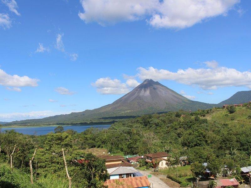 Junior Suite Room Private, A/C Volcano View.Max 4 guests per room, aluguéis de temporada em La Fortuna