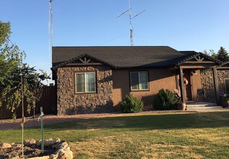 ¡Busca la torre de radio en el patio trasero o una estrella iluminada en la casa!