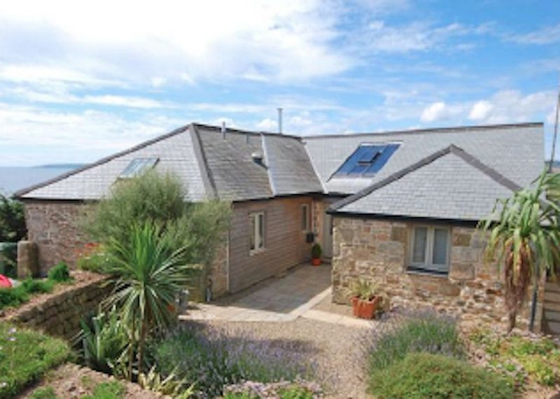 An Old Carthouse with breathtaking views of the Cornish coastline, holiday rental in Goldsithney