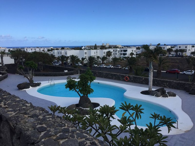 Spacous ground Floor 2 Bedroom Apartment With Views Of Town And Sea, vacation rental in Costa Teguise