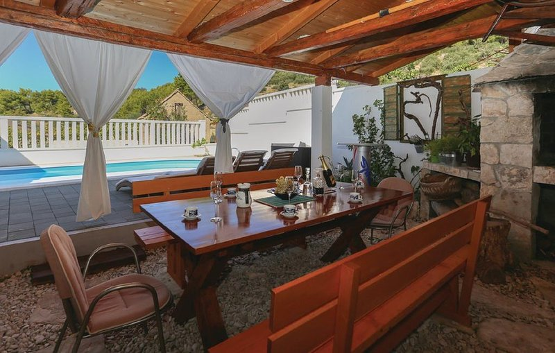 Cozy summer holiday house with the private pool and terrace, alquiler de vacaciones en Omis