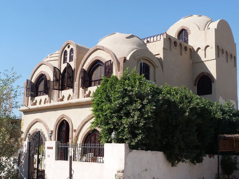 SPECIAL OFFER UK-owned 5 Bedroom 5 bathroom serviced villa for 10 with 12 m pool, holiday rental in Luxor