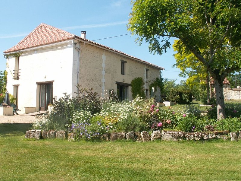Superb gite in tranquil surroundings with a heated pool. Close to amenities., holiday rental in Coutures