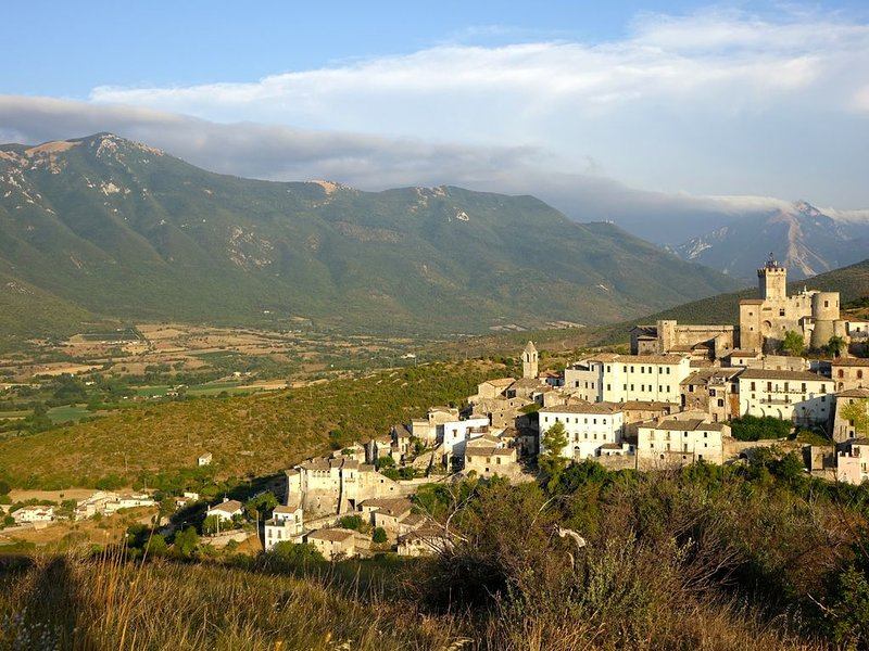 5* house with breathtaking views. Read the reviews!, location de vacances à Calascio