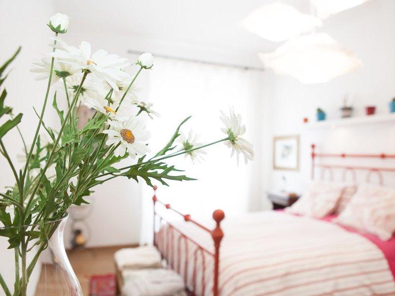 Artistic, bright and comfortable apartment in the center, aluguéis de temporada em Bolonha