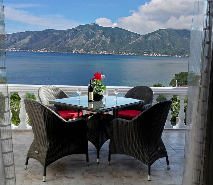 Luxury Penthouse Apartment With South Facing Views Over Kotor Bay, aluguéis de temporada em Orahovac