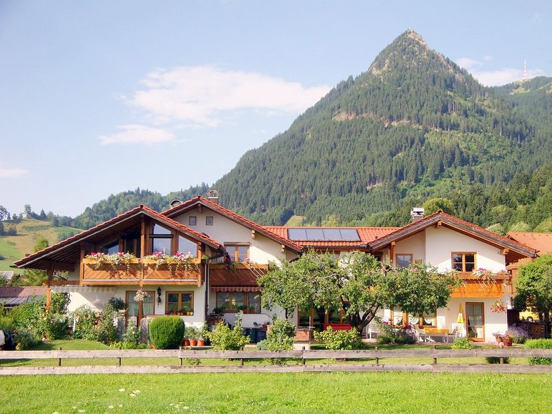 Ferienwohnung Haus Josefa mit traumhaften Panoramablick, WLAN, Kaminofen, Sauna, holiday rental in Ofterschwang