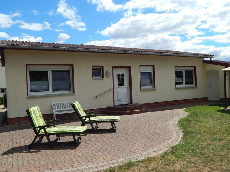 Ferienhaus auf seperatem Grundstück direkt am Naturpark Mecklenburgische Schweiz, holiday rental in Boddin