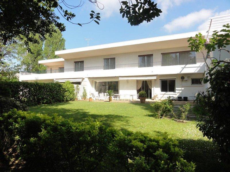 Borely -plages . Grand appart, Jardin privé ,calme soleil, sécurisé, parkings ., casa vacanza a Marsiglia