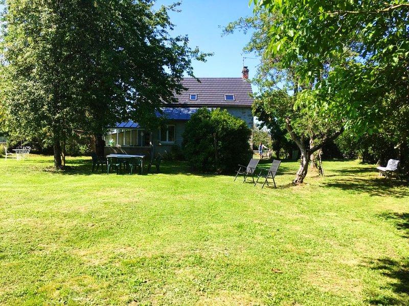 Maison familiale indépendante, grand verger clos et arboré, classée 3*, holiday rental in Margerides