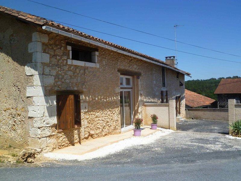 MAISON DE CAMPAGNE 2-6 PERSONNES DANS UN HAMEAU CALME, holiday rental in Douzillac