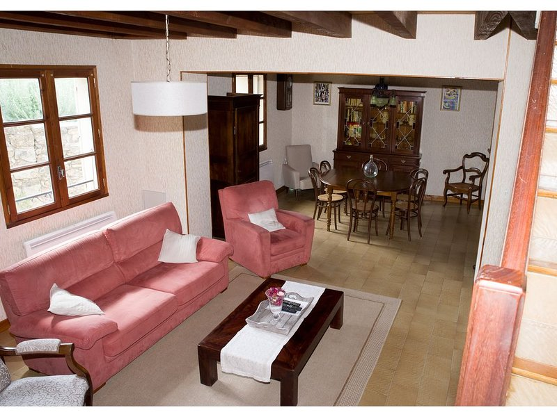 Character house in the village, holiday rental in Fontjoncouse